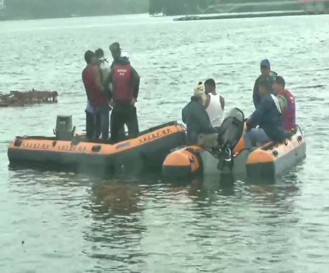Boat-overturned-during-Ganpati-immersion-in-Bhopal
